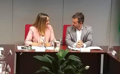 El alcalde se trae de Sevilla una mesa para el tranvía