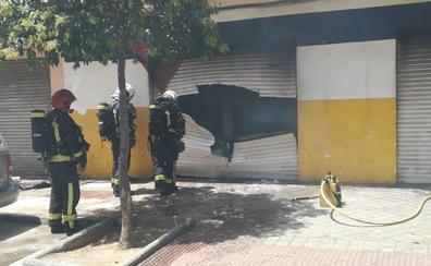 Arde un taller de coches en la avenida de Barcelona de Granada