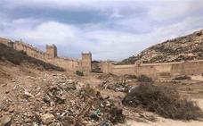 El Ayuntamiento limpia y retira escombros en la zona del Parque de La Hoya, a los pies de La Alcazaba
