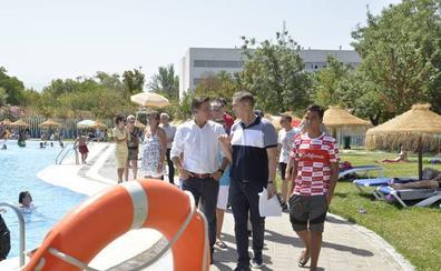El alcalde aplaude el trabajo social de la piscina de Almanjáyar
