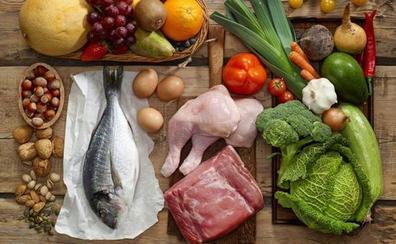 Superalimentos, fruta y carne hormonada: la guía que desmonta los principales bulos sobre comida