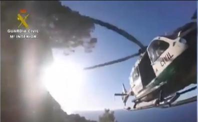 Milagroso rescate 'in extremis' de la Guardia Civil de una mujer y sus dos hijos al borde de un acantilado