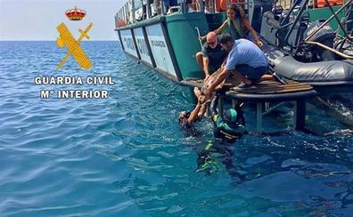 La Guardia Civil devuelve al mar en Almería a una tortuga boba rescatada por ingesta de plástico