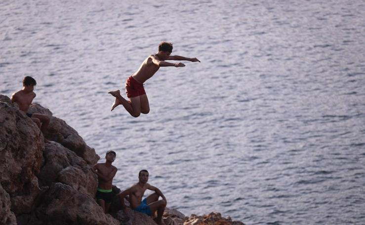 Adrenalina, peligro y vértigo en los saltos desde el Peñón de Salobreña