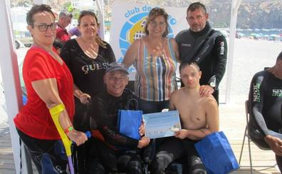 La bandera de la discapacidad ya 'ondea' en el fondo del mar