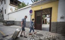 Hosteleros de Granada exigen la derogación del decreto de alojamientos turísticos de la Junta de Andalucía