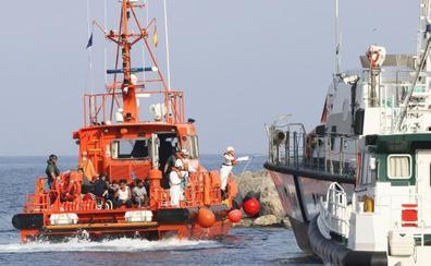 Un centenar de rescatados en cuatro pateras llegan al puerto de Almería