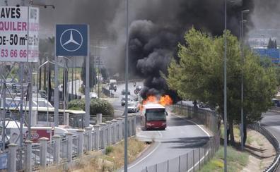Arde un autobús urbano en una vía de servicio de la Circunvalación de Granada