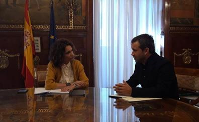 El alcalde le traslada a la ministra de Hacienda la «voluntad» del Ayuntamiento de controlar el gasto