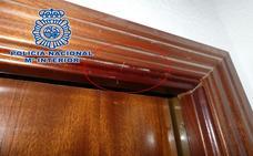 Uno de los edificios de Granada donde han robado seis pisos instala cámaras de seguridad