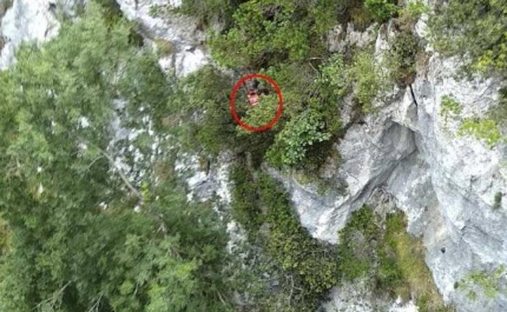 Rescatado ileso tras despeñarse 30 metros en la ruta del Cares