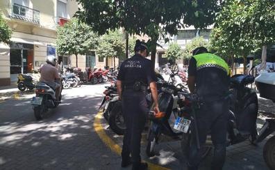 Motos en doble fila y mal estacionadas por la falta de 'parking' en Granada