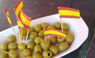 Las banderillas de España en la tapa de aceitunas de un independentista que son virales en Twitter