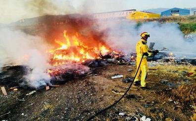 Fuego cerca de un asentamiento rumano y junto a los aparcamientos del tranvía