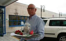 Un asturiano lleva las cenizas de su mujer al centro de salud: «La mandaron a casa y murió»