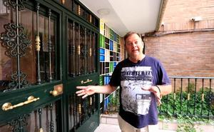 El periodista J.R. Villalba explica la operación policial sobre los robos en pisos de Granada desde el lugar del suceso