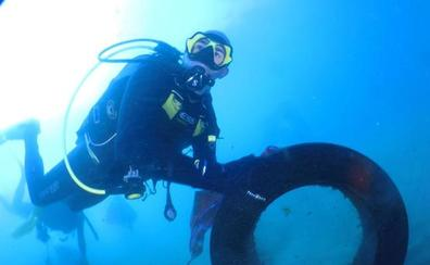 Un equipo de 500 voluntarios y 15 buzos limpian los fondos marinos y las playas de Granada