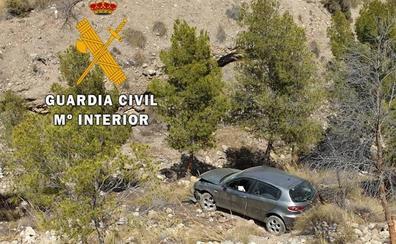 La Guardia Civil rescata a dos atrapados en su coche tras caer por un barranco de 20 metros en Almería