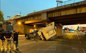 Cae con su camión desde un puente de seis metros de altura