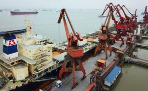 China abarata su moneda para vender más y equilibrar el tablero de la guerra comercial