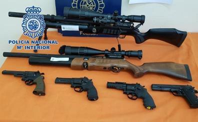 Operación contra un potente narcopiso: la Policía Nacional descubre 13 armas de fuego, 21 armas blancas grandes y drogas de todo tipo