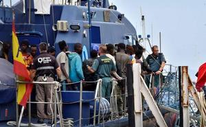 Llegan al puerto 80 personas rescatadas de dos pateras