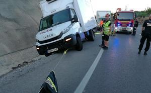 Los Bomberos rescatan un furgón a punto de caer por una cuneta en Almuñécar
