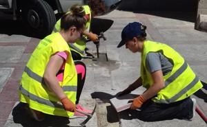 Ofensiva contra las baldosas sueltas y rotas de Jaén con 'artesanales' propias
