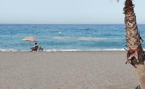 La mancha flotante vuelve a la playa de Salobreña