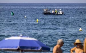 Un barco limpia la mancha flotante de Salobreña y toma muestras para buscar su origen