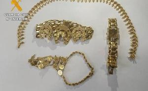 La Guardia Civil recupera joyas valoradas en 4.500 euros y detiene a tres personas en El Ejido