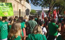 Interinos almerienses protestan en Sevilla por lo que consideran «un ERE encubierto»
