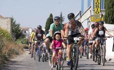 Decenas de personas de todas las edades participan en la XXVII edición del Día de la Bicicleta en Cúllar Vega