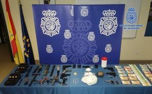 Operación Algodón de la Policía Nacional: arsenal de armas variadas en el punto de abastecimiento de heroína a toda Asturias