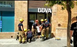 Los bomberos rescatan a una atrapada en un cajero durante más de una hora