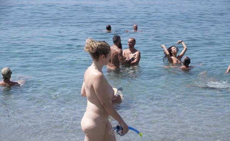 Nudistas reivindicando libertad en la playa de Cantarriján, en Granada