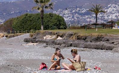 Playa Granada, la única de Andalucía donde está prohibido fumar: la lista de las 117 libres de humos en España