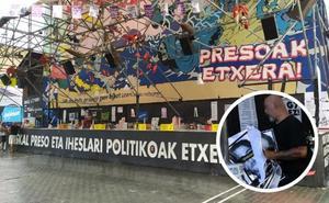 La Ertzaintza arranca las fotos de presos de ETA de una caseta de Bilbao