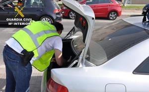 La Guardia Civil sorprende a una mujer con 148 plantas de 'maría' en su coche en Almería