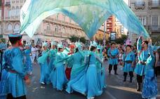 La 'Batalla de las Flores' llena de color las calles de Almería