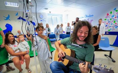 El pediatra granadino que 'cura' a los niños del Materno con sus canciones