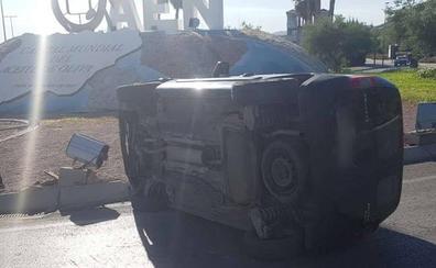 Aparatoso accidente en la rotonda de la Capital del Aceite de Jaén