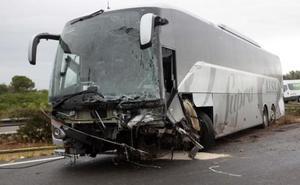 Muere un kamikaze al estrellarse contra un autobús de Alsa en plena autopista