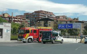 Arden tres vehículos en el aparcamiento de Cruz de Lagos