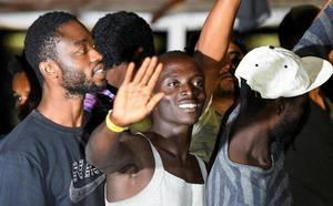 El Open Arms atraca en el puerto de Lampedusa tras la orden de la Fiscalía italiana