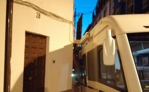 Una caravana se queda atascada en el Realejo al chocar contra un balcón