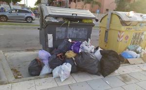 Los vecinos critican que la basura desborda los contenedores de Playa Granada