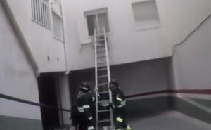 La Policía Nacional irrumpe en una vivienda de Almería para rescatar a una mujer que sufría un brote psicótico