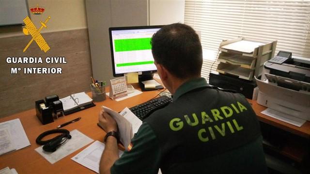 Detienen en Almería a un hombre por estafa en la venta de trabajos universitarios a través de internet