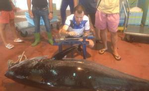 Los pescadores capturan un atún de 200 kilos en el cabo de Sacratif